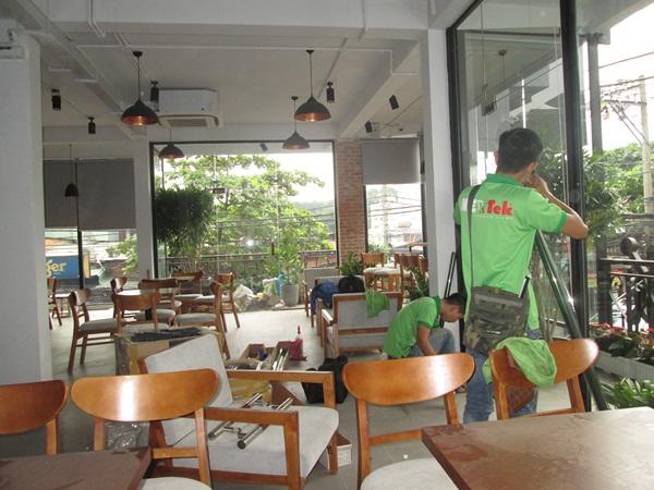 dan-kinh-chong-nang-quan-cafe
